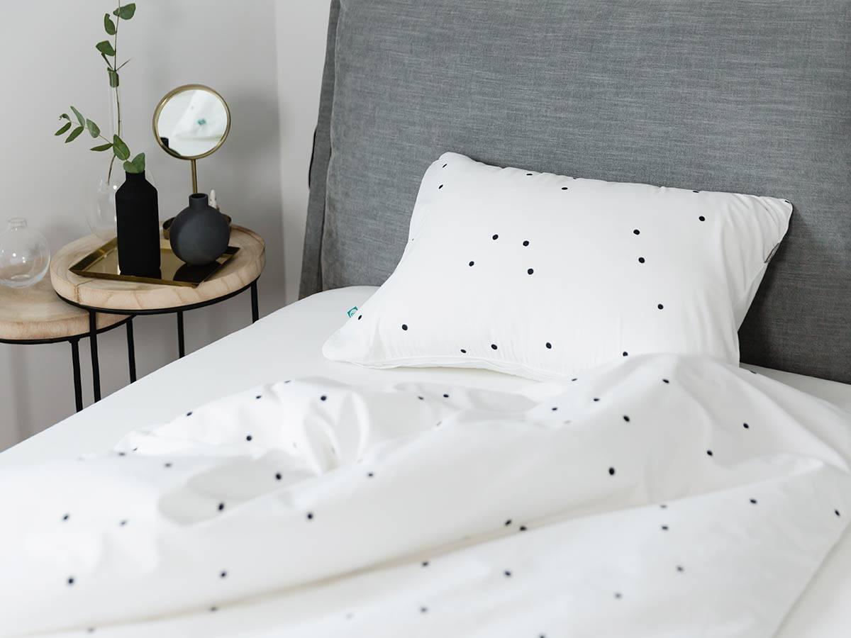 pościel-czarne-confetti---MUMLA styl skandynawski w sypialni lampy do sypialni
