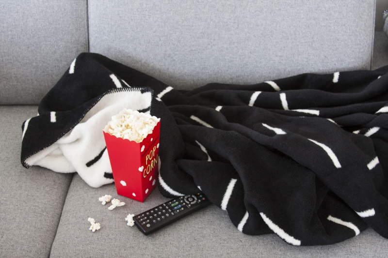 Ciepły koc, popcorn i wieczorny seans sprawdzone sposoby na zimowy wieczór