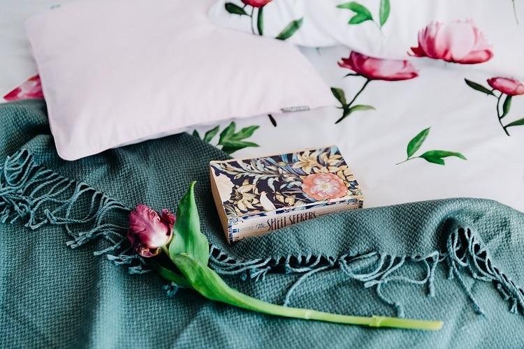 pościel w róże i książka sprawdzone sposoby na zimowy wieczór
